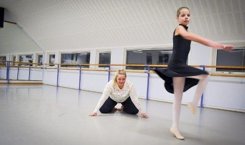 Mor og datter Larset danser flere timer i uka og demonstrerer gjerne noen posisjoner. Christine danser klassisk, jazz, moderne og stretch. Janniche Larset tar timer i step, voksen moderne, voksen klassisk, voksenshow, og øvet moderne.