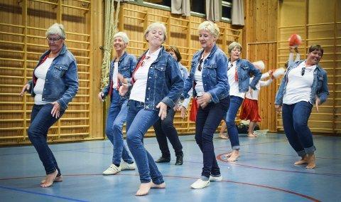 Til tonene fra musikalen «Grease» rocker veteranturnerne på gymsalsgulvet på Lyngheim.