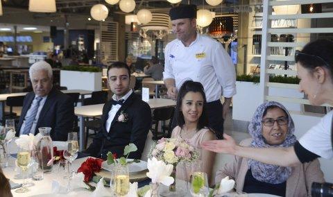 GLEDENS DAG: Brudeparet Lilav Aiou og Shiyar Abdo trodde ikke sine egne øyne da det overraskende ble arrangert bryllupsfest for dem. På flankene brudens foreldre, Nailma og Ibrahim Aiou. Bak restaurant- og kjøkkensjef hos Ikea, Arne Olav Gjerlaug Børessen.