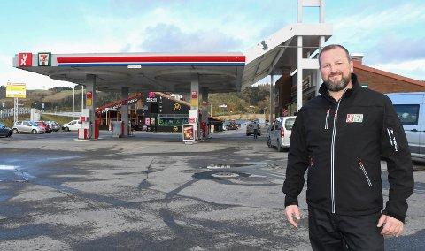 Ny jobb: Arne Skogsrud kan se tilbake på en lang karriere i hotell- og restaurantbransjen. Nå er han blitt kjøpmann ved nordgående bensinstasjon på Rudshøgda.