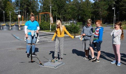 Full fart på populær sommerskole: Ada Hahtala Ruud sender sin egenbygde rakett rett til værs i skolegården i Moelv. Til venstre ser vi instruktør og lærerskolestudent Ingebjørg Lillesveen.