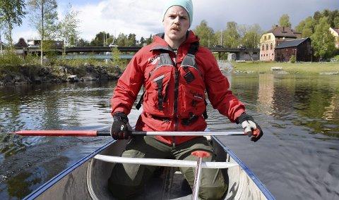 På knærne sitter du mye stødigere i kanoen i strøm og bølger.