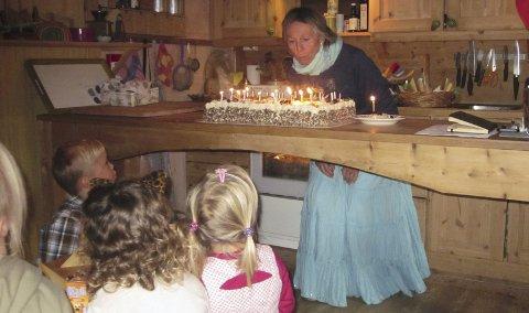 Bløtkake med 30 lys maåtte man ha når Almgrenda steinerbarnehage feiret sine  30 år. Leserfoto