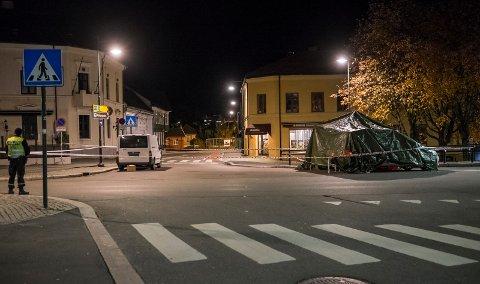 DRAMATISK: En blodig og hardt skadet mann falt ut av bilen han selv kjørte ved bybrua i Hønefoss. Han er knivstukket.