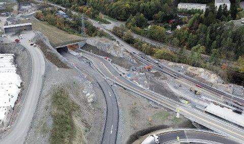 KLAR TIL BRUK: Nå kan E16-trafikken endelig bruke den 2,3 kilometer lange Bjørnegårdtunnelen ved Sandvika.