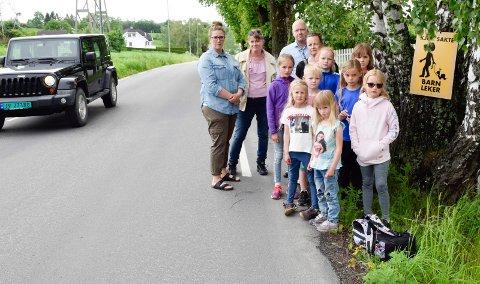 UHOLDBART: Foreldre og barn synes det er uholdbart for myke trafikanter i Fløytingen.  Fra venstre Ida Hundeide, Ingela Grov, Lars Haugom og Benedicte Haugom. Barna er Emma, Martin, Hella, Viola, Ellah, Malena, Ida og Elsine.