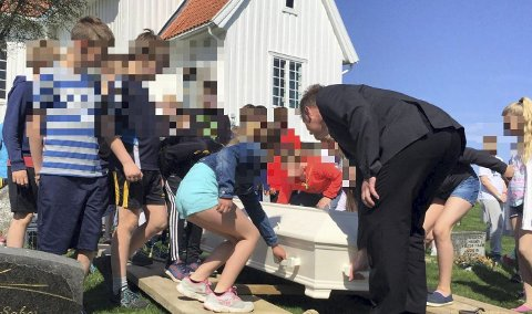 SKAL EVALUERES: 10 år gamle elever ved Gjerdrum barneskole og Veståsen skole har gjennom flere år «lekt» begravelse. Nå skal ordningen opp til evaluering, etter reaksjoner fra foreldre og en interpellasjon i kommunestyret. Av hensyn til personvernet har menigheten selv anonymisert barna på bildene Romerikes Blad har fått tillatelse til å bruke. FOTO: MENIGHETSBLADET FOR GJERDRUM OG HENI