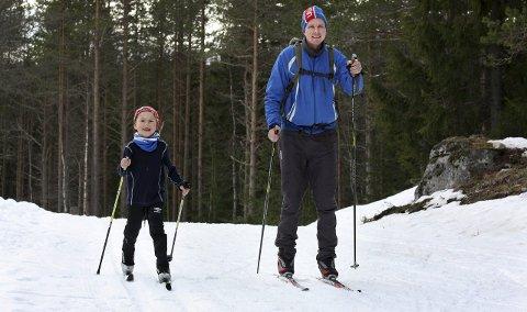 HJEMMEPÅSKE: – Bra med snø og barnevennlig terreng, sier Hogne Opperud. I går gikk han en runde på 12–14 kilometer fra Sjonken i Nannestad sammen med sønnen Hans August.Foto: Per Stokkebryn