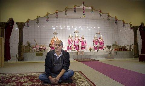 KONGELIG BESØK: Vijay Kumar Sangar er sekretær i Sanatan Mandir Sabha-templet tilhørende det hinduistiske trossamfunnet. Tirsdag var han på besøk hos kongen i regi av sitt verv i Samarbeidsrådet for tro og livssyn. I kveld inviterer han alle til åpen dag i templet i Slemmestad.