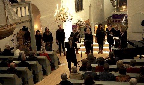 Magisk: - Med 18 vakre og utrolig bra gjennomførte melodier skapte De Damene en magisk stemning i Sande kirke. Begge foto: Svein-Ivar Pedersen