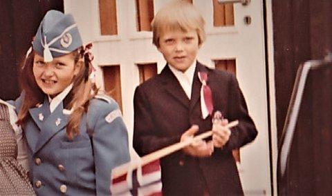 HURRA: Min bror og jeg gledet oss alltid til nasjonaldagen. Dette bildet er fra 1980. Jeg gikk i skolekorps. Broren min var ikke gammel nok ennå. FOTO: Privat
