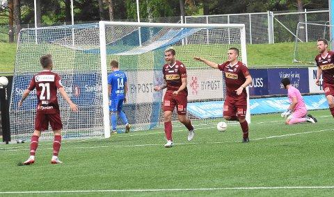 ÅRETS FØRSTE: Anton Kralj venter på en jublende Rufo (i midten) etter at spanjolen satt inn sitt første mål for sesongen.