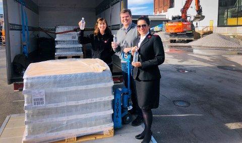 GIVERGLEDE: Grans stilte opp da nøden var størst. Her står Marianne Groven i Frelsesarmeen, Morten Gran i Grans bryggerier og Karla Norbakken i Frelsesarmeen.