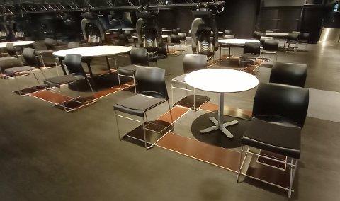 På tross av at stolene er skrudd fast og bordene står langt fra hverandre, tillot ikke Stavanger kommune konserten.