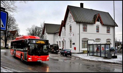 ER PÅ PLASS: Ruta mellom Blessom  og Kalnes kjører  innom   togstasjonen og bussterminalen. Den ruta fortsetter i det nye tilbudet fra neste sommer.