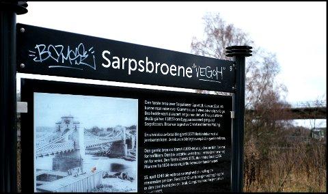 HÆRVERK: Noen har tagget ned flere informasjonsskilt langs den historiske Tusneårsstien.