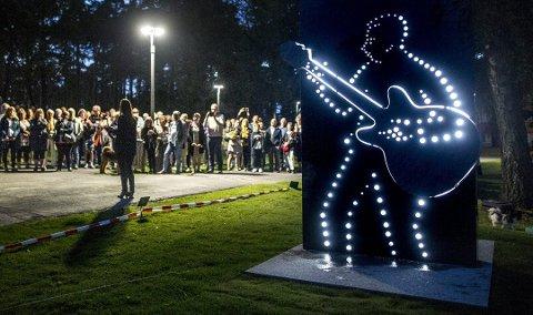 Museet flyttes: Robert Normann har både egen statue og museum. I 2021 flyttes museet fra Kulturskolen til Sarpsborg scene. Statuen blir stående i Kulåsparken. Bildet er fra avdukingen av statuen av gitaristen fra Kvastebyen i 2016.