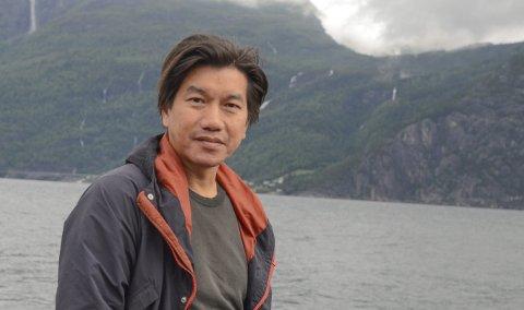 I nasjonalromantisk landskap:  Fredrikstad-mannen An Doan Nguyen har lenge drømt om Hardanger. Et foto på Facebook fikk ham hit. I høst kan publikum oppleve resultatet av inntrykkene. Foto: Mette Bleken