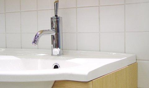 På badet bør du være ekstra nøye med rengjøringen.