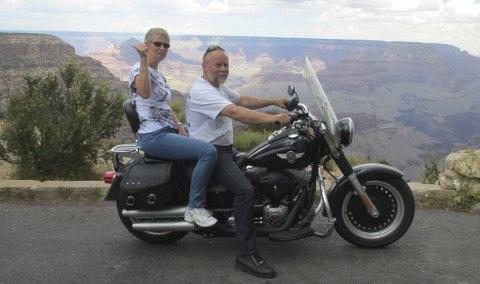 1 Grand Canyon: Mektig landskap for reisefølget ved Grand Canyon.2 KURT RANCH: Kurt Celling med aner fra Leksvik utenfor Trondheim setter pris på norsk besøk. Han byr på hesteshow og en meget mør biffmiddag. 3 SKYCITY: Acomah er en urgammel bosetning på toppen av en Mesa – hellig fjell – i New Mexico. Tone Elisabeth og Jarle tok den originale veien ned. 4 SOLNEDGANG: Det ble en mektig naturopplevelse å kjøre ned fra Kurts farm i Cuervo, New Mexico. Enorme sletter og storslått solnedgang.  5 MIDPOINT: Halvveis på Route66 mellom Chicago og Los Angeles. Tid for en pause på den glohete asfalten. 6 PONTIAC: Alle småbyer langs Route66  gjør noe ekstra ut av seg. Pontiac i Illinois stiller med denne gigantiske veggmaleriet.  7 HARLEY: En ekte redneck – Harley – tok godt imot Tone Elisabeth da  gruppa svingte innom norgesvennen.8 Fanning: Jarle (49) og Tone Elisabeth (49) Smerkerud fra Trøgstad hadde heldigvis gått av sykkelen da voldsomme vindkast plutselig meide et tre rett over Harley Davidson-farkosten. Utrolig nok ble kun en antenne ødelagt – flere måtte hjelpe til for å frigjøre motorsykkelen.