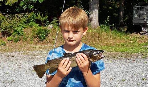 Alexander Risnes (10) fikk en ørret på nærmere ett kilo i Hobøl-elva. Alexander målte selv fisken til å være 49-50 cm lang.