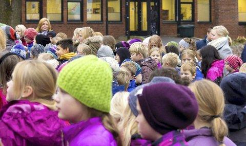 FULGTE MED:  Alle elevene ved Grønli var torsdag samlet i skolegården, for å høre rektors tale, og hjelpe til med innsamlingen.