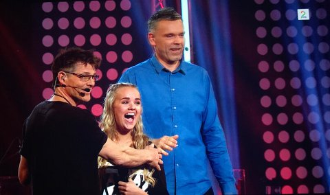 Drama: Morten Harket var ikke sen med å komme seg opp på scenen for å vise sin støtte til Lillen. (Skjermdump:TV2)