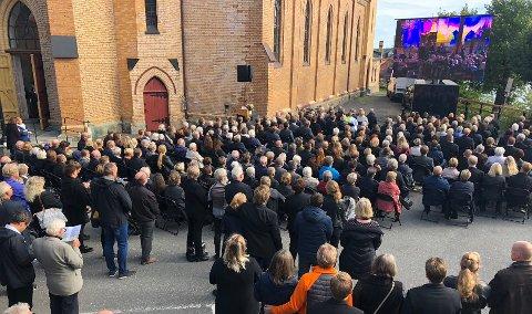 En stor folkemengde følger begravelsen utenfor kirken. Foto: Per Eckholdt