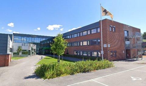 SMITTE: En elev ved Skogmo Vgs, bosatt i Porsgrunn, har testet positivt på korona. Til sammen har tre elever og åtte ansatte ved skolen testet positivt.