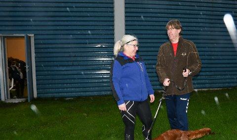 INN HER: Hanne Bakke Arvesen og Finn Arvesen håper at mange ønsker å benytte tilbudet bak den lilla døra i Hydrohallen. Foto: Kristian Holtan
