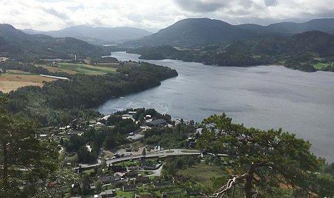 HJUKSEVELTA: Biproduktet fra Nouryon PPC Norway AS på Rjukan  skal mellomlagres i Hjuksebø Næringspark, som ligger helt ut mot Heddalsvatnet.