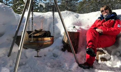 STJÅLET: Her er Eva Andersen en solfylt dag i mars 2018 på Meheia. Fredag kveld ble det ingen kos ved bålpanna, for den har noen stjålet.