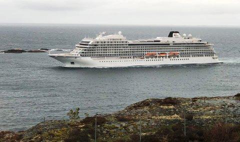 Cruiseskipet «Viking Sea» på vei inn Dalasundet i Kristiansund søndag formiddag. Nå skal det ligge i opplag ved Umoe Sterkoder.