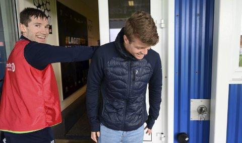 Sa farvel: Sondre Sørli var tirsdag innom Kristiansund stadion for å si farvel til KBK-gutta. – Ser dere i Champions League neste år, sa Liridon Kalludra og ønsket lykke til.