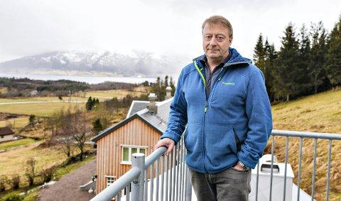 Vidar Strømme starter i den nye jobben i oktober. Her er han avbildet på konas familiegård på Averøya ved en tidligere anledning.