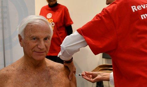 VAKSINE: Lege og Rotary-medlem Harald Broch lot seg vaksinere, slik 500 andre også gjorde.