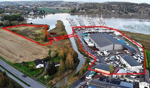 BRUA: Bildet viser utbyggingsområdet (markert med rødt)som etter planen skal bli Hjemseng Brygge.