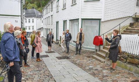 Hovedgata og Holgata: I august i år var juryen til «Vakre vegers pris» på befaring. Her er det kommunens kulturkonsulent Anette Pedersen (t.h.) som forteller om prosessen. Arkivfoto