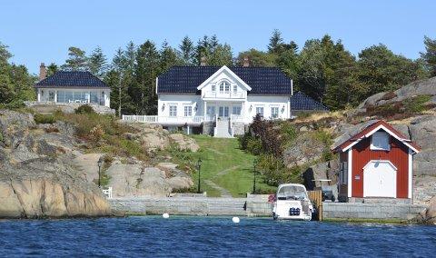Olav Nils og Sissel Sunde kjøpte Fugløya i 2007 for 28 millioner kroner. De rev ned og bygde opp, og har skapt et av de flotteste landstedene langs Sørlands-kysten.Sunde må betale over 145.000 kroner i eiendomsskatt i år.