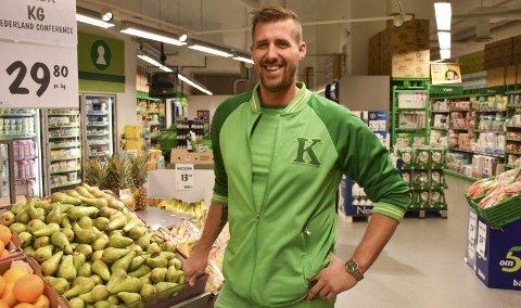 Mer enn grønt: Butikksjef Dag Magne Bruflot har god grunn til å smile bredt. Kiwi Tvedestrand kan vise til gode resultater i fjor, ikke minst grunnet salget av øl, som passerte 100.000 liter. Arkivfoto