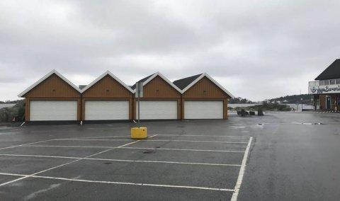 Gjeving: Over dette garasjebygget, like ved restaurant Båtbua på Nybrygga, ønsker grunneierne å bygge en etasje til og innrede fire ferieleiligheter. Privat foto