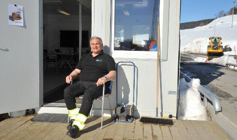 ERIGANG:Driftskoordinator Bjørn Arild Timland venter på neste lastebil med løsmasser til Noah Engadalen.