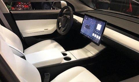 Det er et minimalistisk og «rent» interiør i Tesla Model 3.