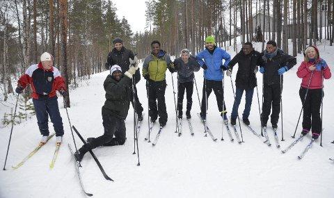 Upps:  Det er ikke bare enkelt å holde seg oppreist når du har ski på beina for første gang. Erik Kindølshaug (t.v) hadde mange gode råd til elevene fra opplæringssenteret. Fagleder Manuela Ciutac lengst til høyre.                                                                                                                            Begge foto: Eirik Røe