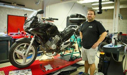 Fikser: Ronny Hollevik og gjengen hos HS MC-senter i Ås reparerer og fikser mange motorsykler og mopeder etter årets sesong. Foto: ÅSmund Løvdal