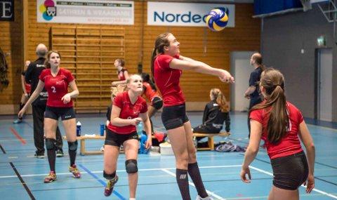 Volleyballjentene til Holstad spiller teknisk godt og hevder seg blant de beste i årets seriespill. Her i en kamp mot Skjetten i fjor.