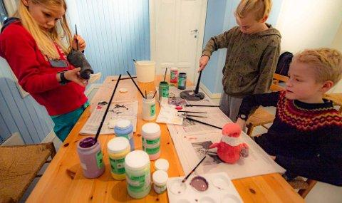 KREATIVE: Tre av elevene på Ingrid Aarseth LeireLab er fra venstre Sigurd (11), Brage (11) og Kyrre (9). Her jobbes det med maling av figurene de har laget.