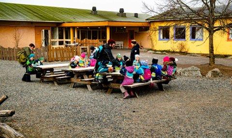 RAMMET: Flere skoler og barnehager i Ås kommune er de siste ukene rammet av korona eller karantener. Arkivfoto viser barn fra Rustadskogen barnehage på besøk hos Steinerskolen før korona.