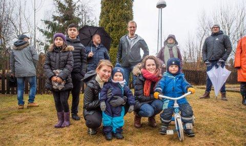 FORNØYDE: Nå får barna godt med ettermiddagslys på lekeplassen. Blide foreldre er  foran til venstre Renate Holland med Kasper (1,5 år) og til høyre Rikke Krog med Nils Jacob (3,5 år). Bak kommer naboene strømmende til.
