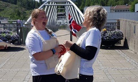VELLYKKET: Et godt team fra A knit story ble godt fornøyd med arrangementet. Lise Ravnevand fra Kristiansand og Marit Grøtteland fra Kvinesdal.